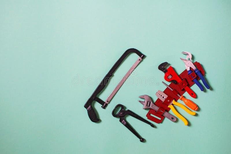 Strumenti di plastica costruttore e carpentiere del giocattolo dei bambini Fuoco selettivo immagine stock