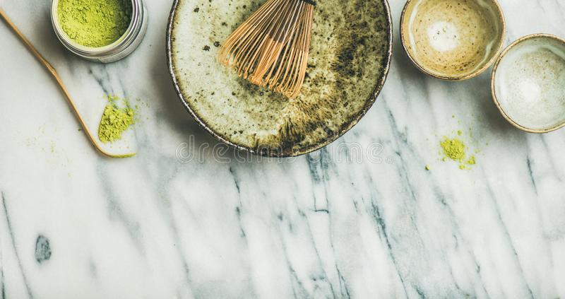 Strumenti e ciotole giapponesi per fare il tè verde di matcha fotografia stock