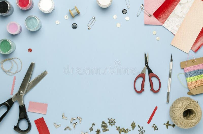 Strumenti e materiali per creativit? sparsa sulla tavola Scrapbooking immagine stock libera da diritti