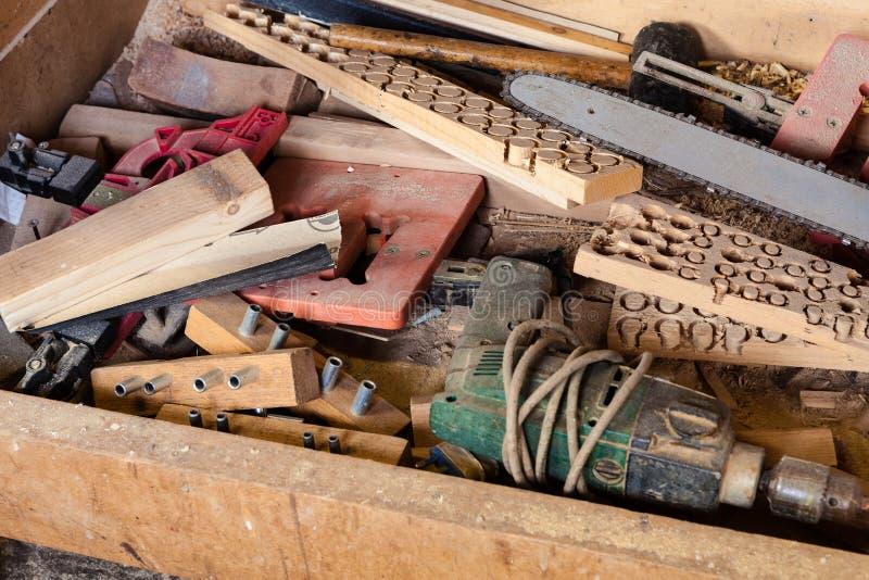 Strumenti e rifornimenti nel gruppo di lavoro di carpenteria fotografia stock libera da diritti