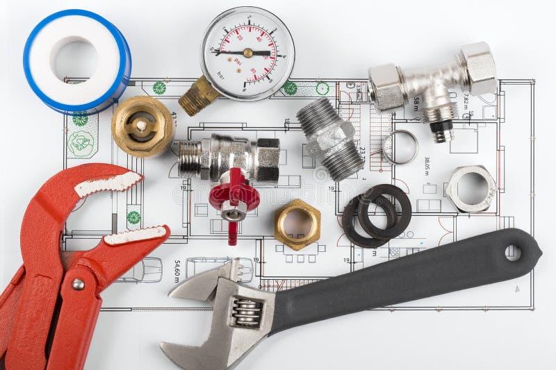 Strumenti ed attrezzature dell'impianto idraulico sul modello fotografia stock