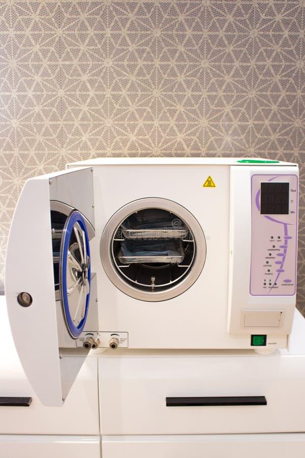 Strumenti medici di sterilizzazione in autoclave Attrezzatura per pulizia sterile del lavoro degli strumenti medici fotografie stock libere da diritti