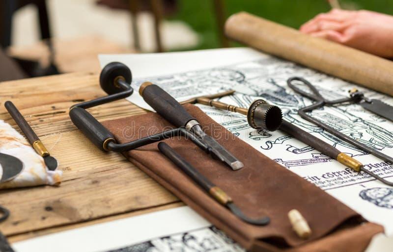 Strumenti medici medievali per realizzare un intervento chirurgico immagini stock
