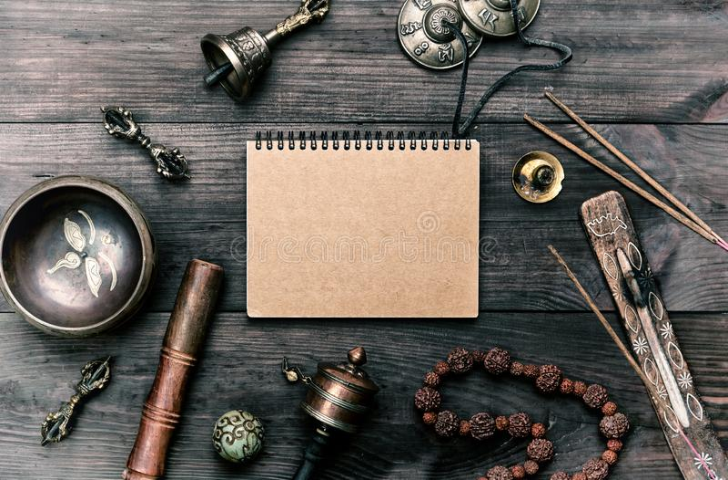 strumenti musicali religiosi per la meditazione e la medicina alternativa, taccuino in bianco con gli strati marroni fotografia stock libera da diritti