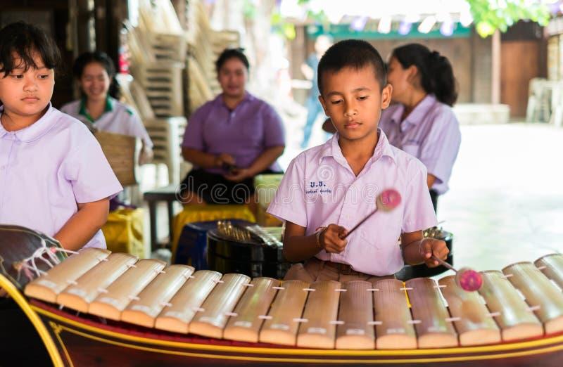 Strumenti musicali tailandesi del gioco degli studenti fotografie stock