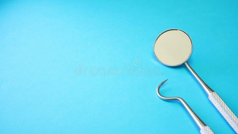 Strumenti o strumenti del dentista in ufficio dentario immagini stock libere da diritti