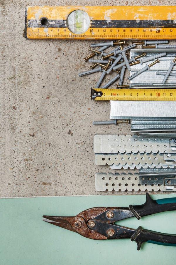 Strumenti per configurazione che un pannello di carta e gesso mura fotografie stock libere da diritti