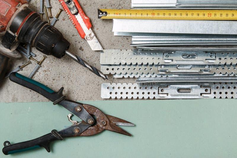 Strumenti per configurazione che un pannello di carta e gesso mura fotografie stock