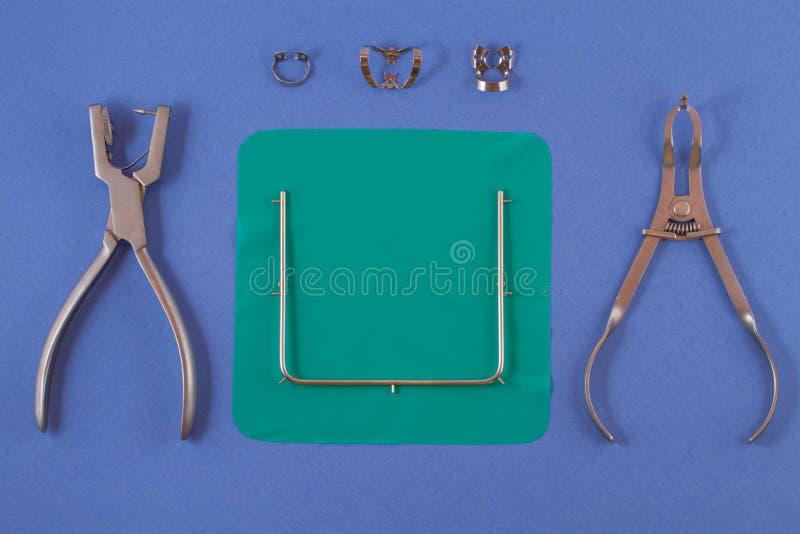 Strumenti per l'installazione del cassone che si trova su un fondo blu fotografia stock
