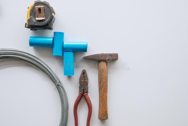 Strumenti per la riparazione domestica con le pinze della ruggine, martello, tubo, cavo, meas fotografia stock libera da diritti