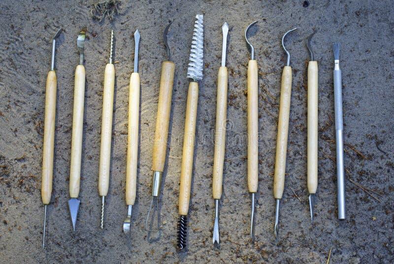 Strumenti per pulizia qualitativa dei ritrovamenti nell'archeologia immagine stock libera da diritti