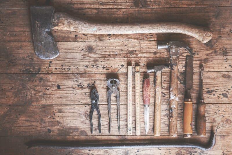Strumenti rustici e vecchi del carpentiere immagine stock