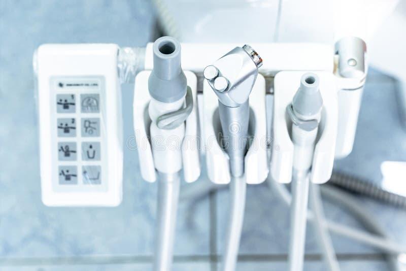 Strumenti sulla sedia dentaria nell'ufficio del dentista fotografia stock libera da diritti
