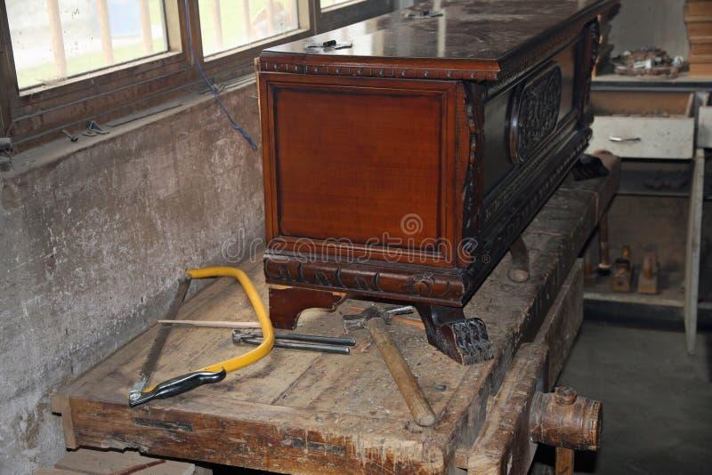 Strumenti in un esperto polveroso nell'officina di carpenteria nel ripristino della formica fotografia stock