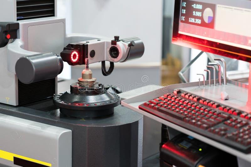 Strumento a alta tecnologia che prestabilisce radi a macchina del diametro di ispezione fotografia stock