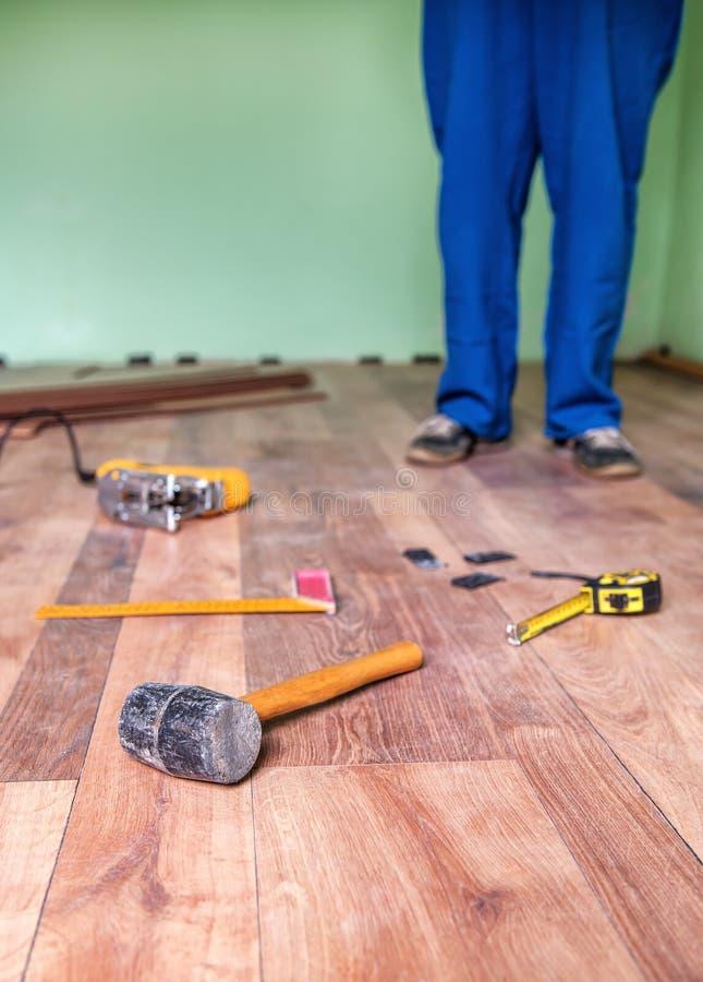 strumento del carpentiere sul pavimento immagine stock