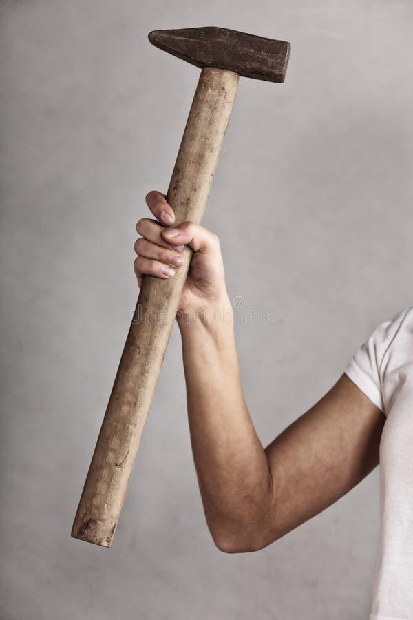 Strumento del martello a disposizione della lavoratrice fotografie stock