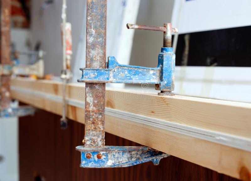 Strumento del morsetto della vite del carpentiere che preme le stecche di legno immagine stock libera da diritti
