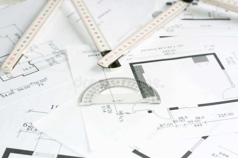 Strumento dell'insieme e di misura del quadrato sopra le cianografie immagine stock