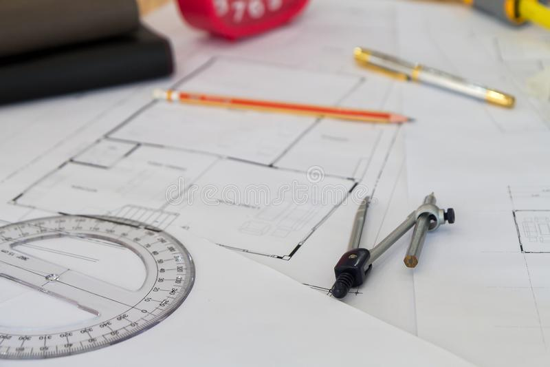 Strumento di misura e divisori o bussole sul modello, concetto architettonico fotografia stock libera da diritti