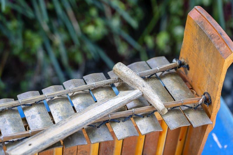 Strumento di percussione musicale di balinese tradizionale - xilofono Jegog con il martello, parte dell'orchestra Gamelan Arti, m immagine stock