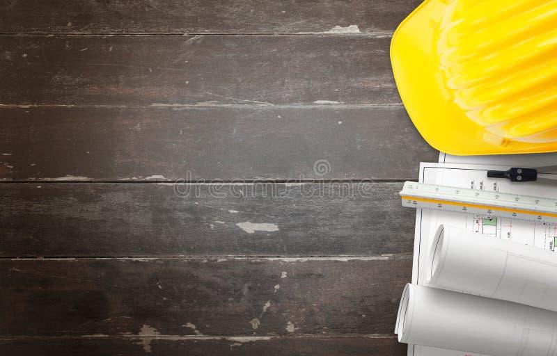 Strumento di piani della costruzione, dei disegni di progetto, del casco, del righello e della bussola sulla tavola immagini stock libere da diritti