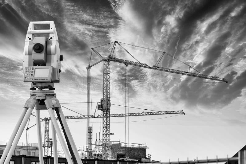 Strumento di rilevamento topografico ed industria dell'edilizia fotografie stock