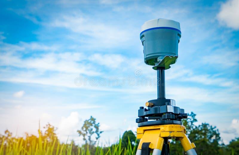 Strumento di rilevamento topografico di GPS sul giacimento del riso e del cielo blu fotografie stock libere da diritti
