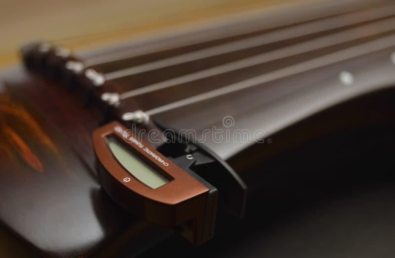 Strumento musicale cinese antico GuQin con il sintonizzatore cromatico fotografia stock libera da diritti