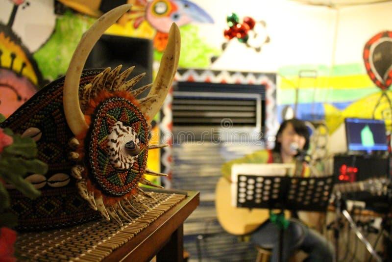 Strumento musicale di Taiwan del ristorante di musica della gente indigena immagini stock