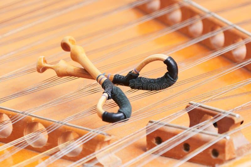Strumento musicale messo insieme dulcimero con il martello immagine stock libera da diritti