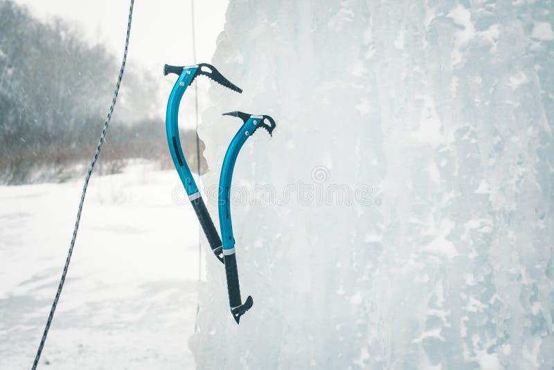 Strumento rampicante del ghiaccio fotografie stock libere da diritti