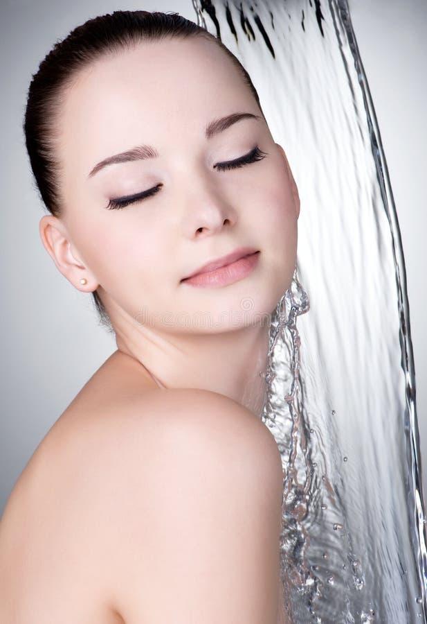 strumień pod wodną kobietą fotografia stock