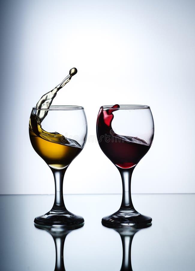 Strumie? wino nalewa w szklanego zbli?enie zdjęcia stock