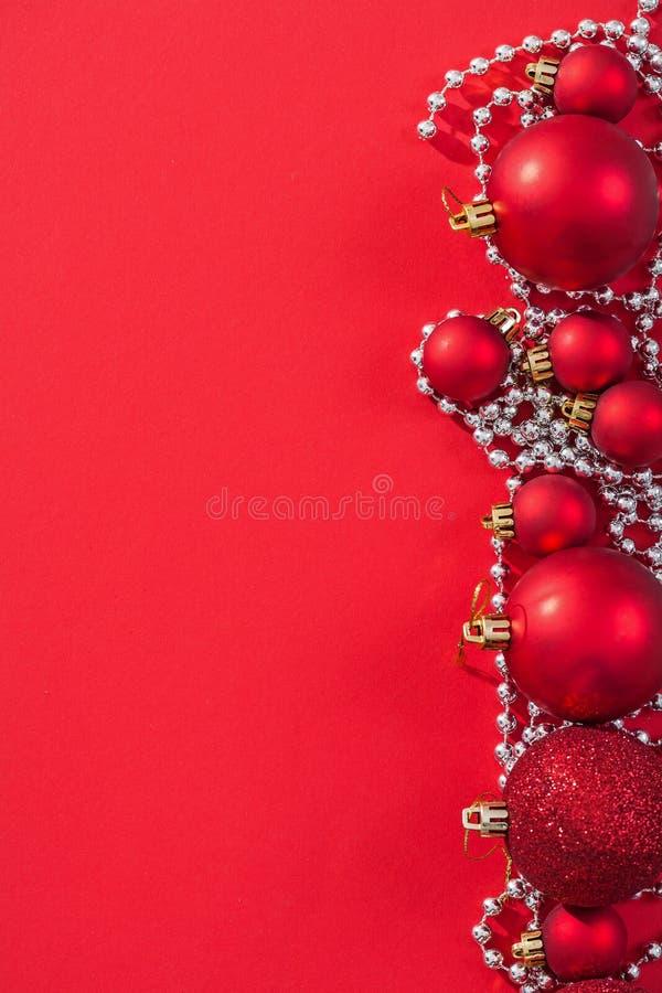 Struntsaker för jul för Copyspace bild röda på bakgrund royaltyfria bilder