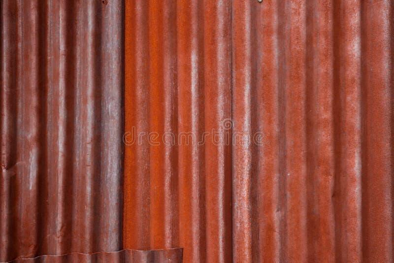 Struttura arrugginita del fondo dello zinco con bruno-rossastro immagini stock