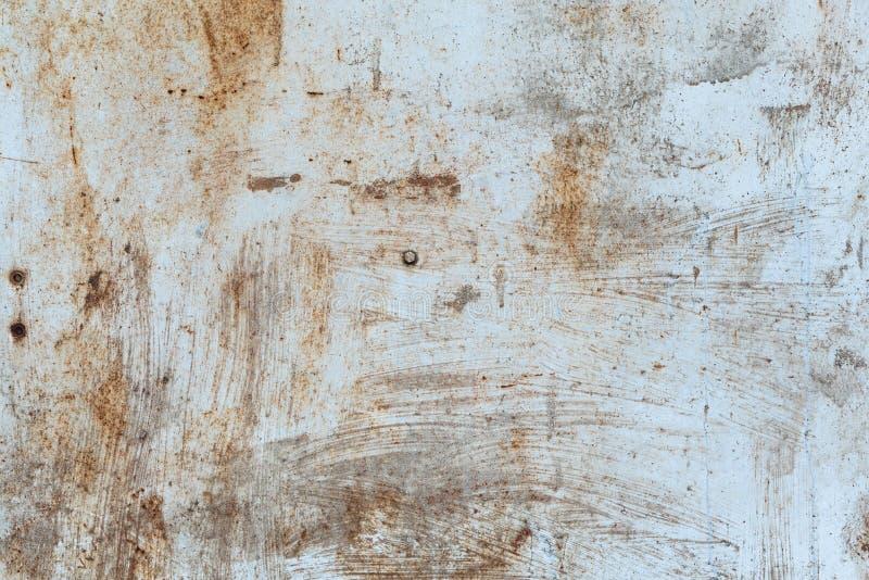 Struttura arrugginita del metallo con i graffi e le crepe tracce della pittura Colori arancio blu e sporchi Copi lo spazio fotografia stock libera da diritti