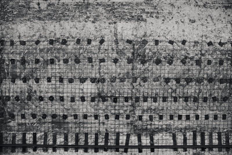Struttura astratta del grunge Vecchio muro di cemento, una griglia del metallo immagine stock