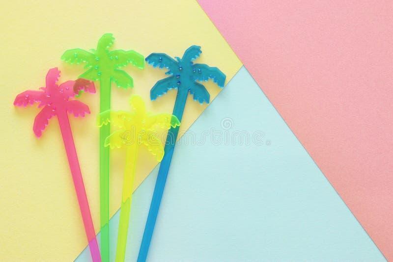 Struttura astratta della carta colorata del pastello Forme e linee geometriche minime concetto di progetto d'avanguardia palma vi fotografia stock libera da diritti