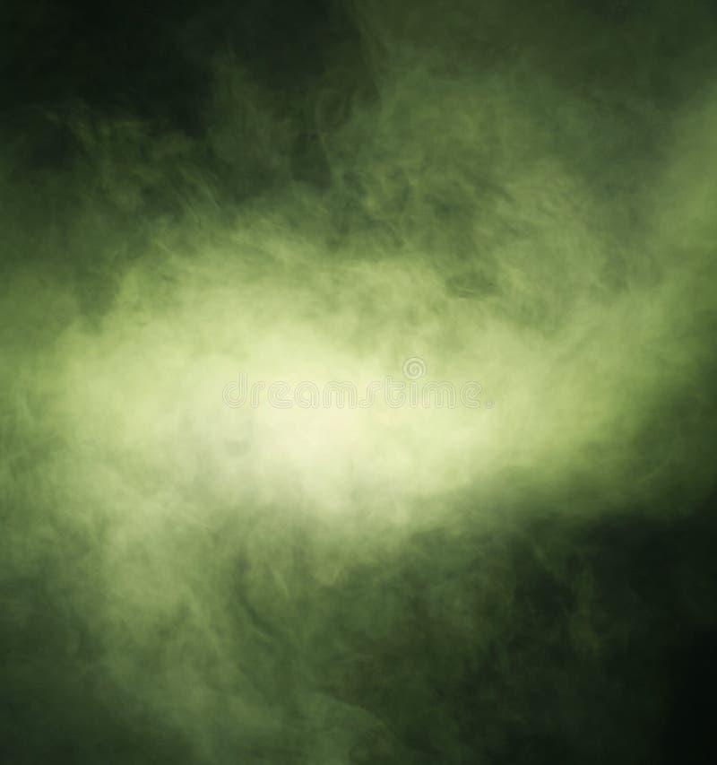 Struttura astratta di fumo verde su un fondo nero fotografie stock
