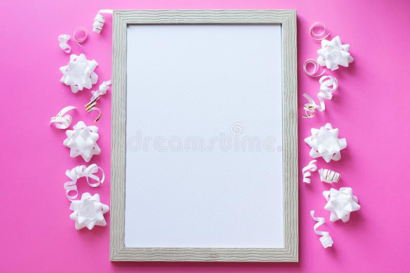 Struttura bianca della foto di celebrazione su fondo rosa, concetto birhday fiori bianchi e nastro fotografie stock libere da diritti