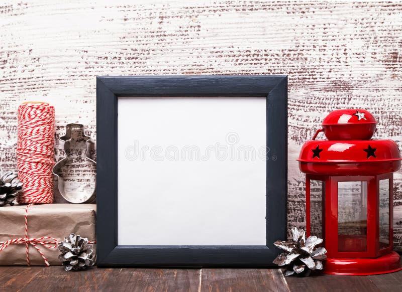 Struttura in bianco, decorazione di Natale di stile del mestiere e lanterna rossa fotografia stock libera da diritti