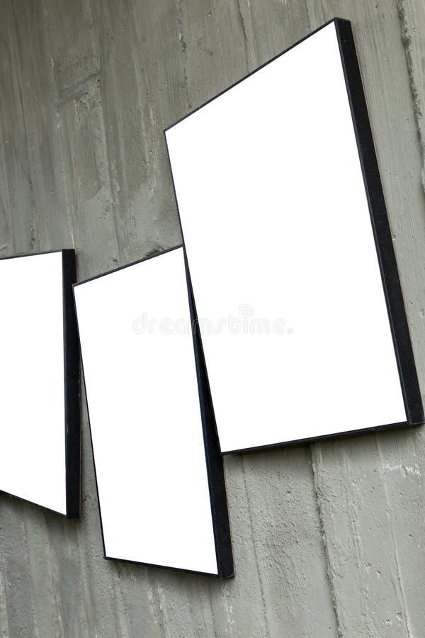Struttura in bianco della foto che appende sulla parete del cemento fotografie stock libere da diritti