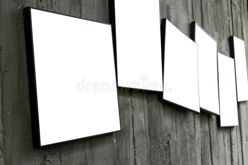 Struttura in bianco della foto che appende sulla parete del cemento fotografie stock