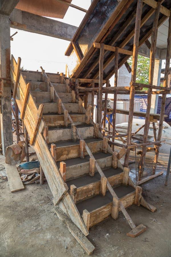 Struttura in cemento armato del cemento della scala nel - Costruzione piscina in cemento armato ...