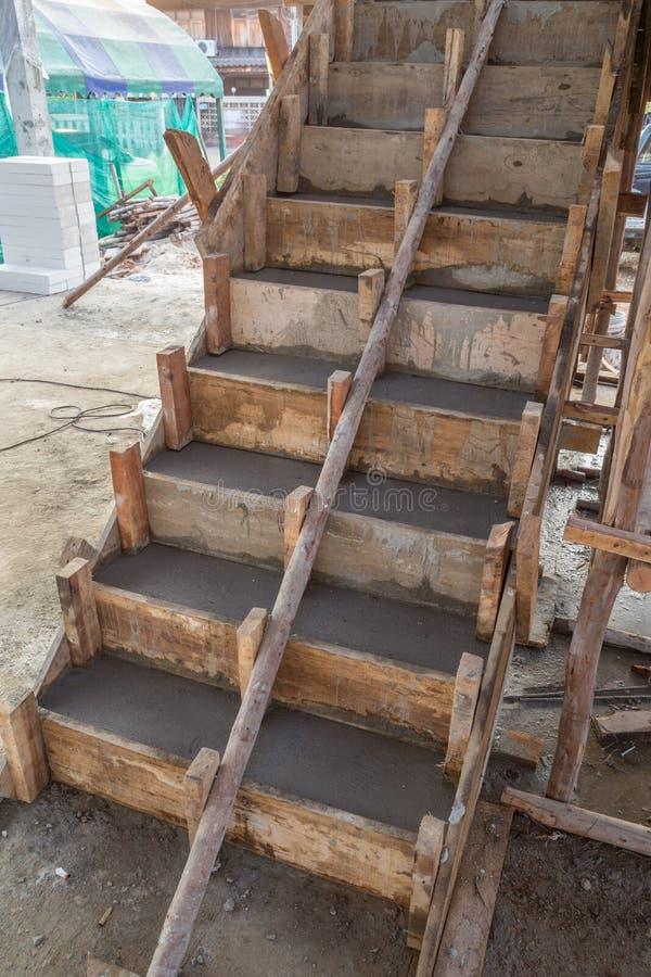 Struttura in cemento armato del cemento della scala nel for Un costo di costruzione della casa di legno