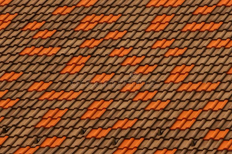 Struttura colorata di un frammento delle mattonelle di tetto sul tetto della costruzione fotografia stock libera da diritti