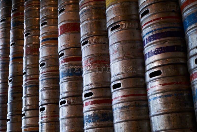 Struttura d'acciaio del fondo della parete dei barilotti di birra, primo piano fotografie stock libere da diritti