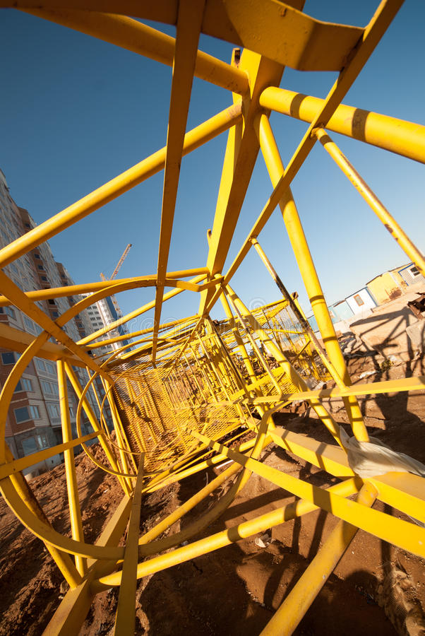 Struttura d'acciaio delle gru a torre di costruzione smontate al cantiere fotografia stock libera da diritti