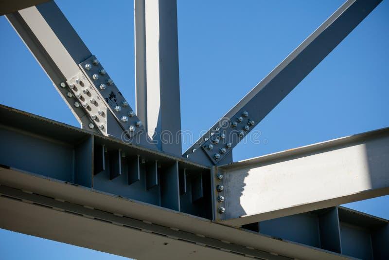 Struttura d'acciaio di nuova costruzione nella costruzione - dettaglio unito della trave fotografia stock
